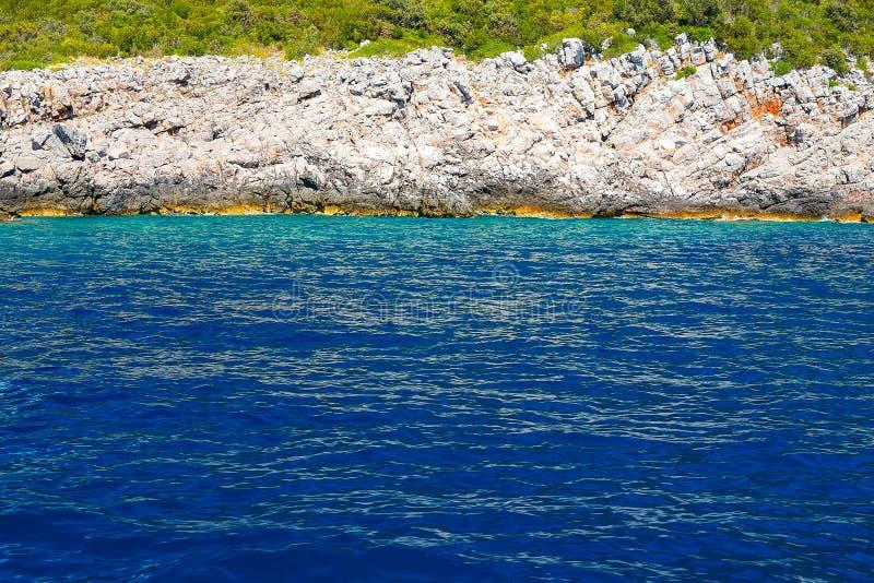 Vista de las rocas, del bosque y del mar azul imágenes de archivo libres de regalías