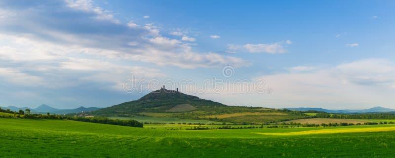 Vista de las ruinas del castillo gótico de Hazmburk Pictu del panorama imagen de archivo libre de regalías