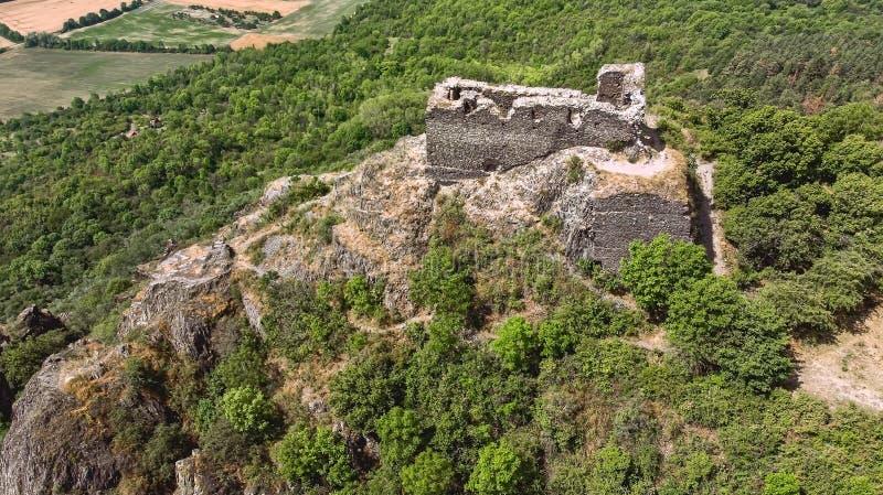 Vista de las ruinas del castillo de Kostalov fotos de archivo