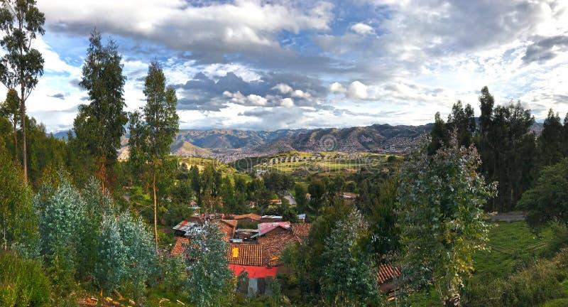 Vista de las ruinas del inca de Sacsayhuaman en la distancia imágenes de archivo libres de regalías