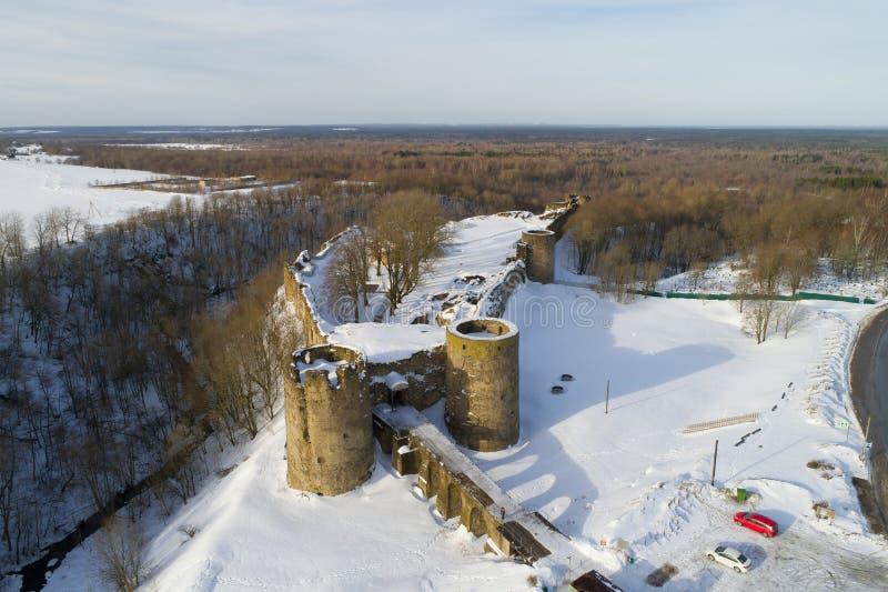 Vista de las ruinas de la fotografía aérea de la fortaleza antigua Koporye Regi?n de Leningrad imagen de archivo