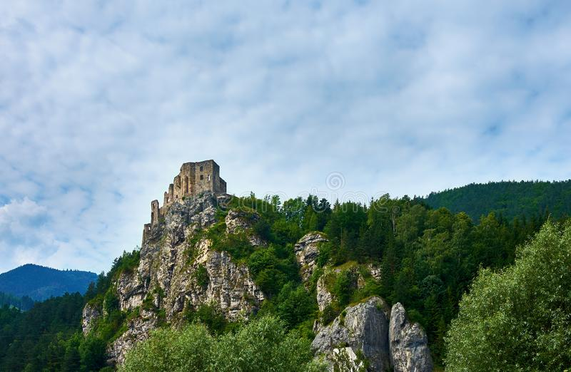 Vista de las ruinas Strecno del castillo en Eslovaquia cerca de Zilina, con m fotos de archivo libres de regalías