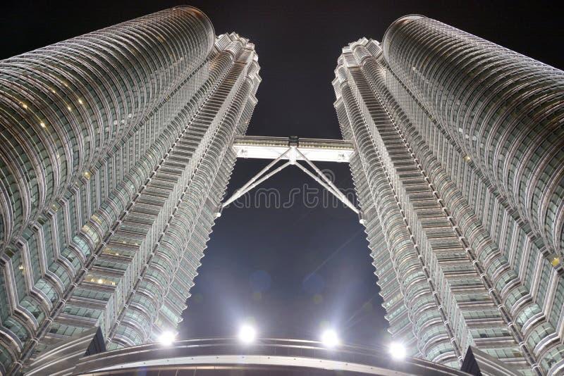 Vista de las torres de Petronas en la noche foto de archivo
