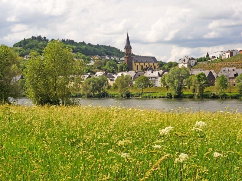 Vista de Lieser no rio Moselle e no rio fotos de stock