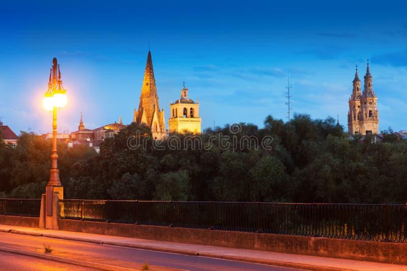 Vista de Logrono da ponte sobre Ebro na noite imagens de stock royalty free