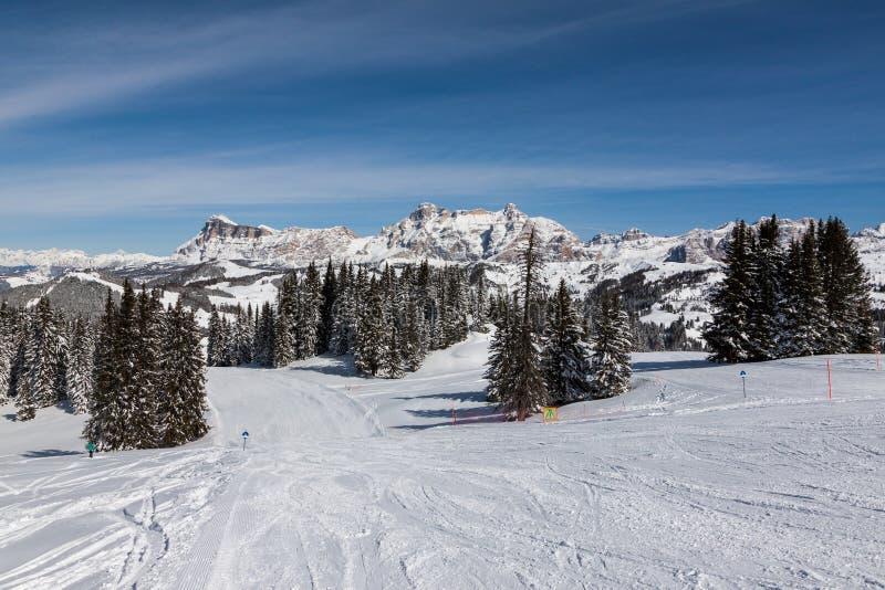 Vista de los acantilados de Alpe di Fanes en invierno, con los picos Conturines y Piz Lavarella, Alta Badia, dolomías italianas fotos de archivo