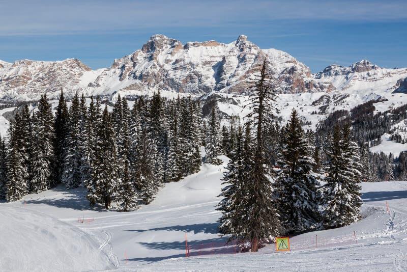 Vista de los acantilados de Alpe di Fanes en invierno, con los picos Conturines y Piz Lavarella, Alta Badia, dolomías italianas fotografía de archivo