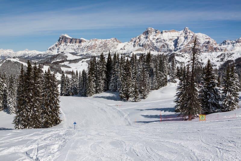 Vista de los acantilados de Alpe di Fanes en invierno, con los picos Conturines y Piz Lavarella, Alta Badia, dolomías italianas imagen de archivo libre de regalías