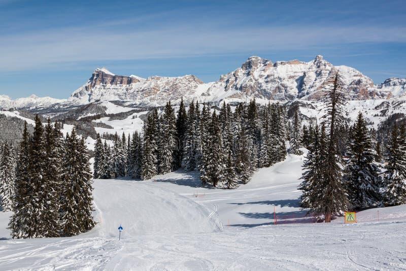 Vista de los acantilados de Alpe di Fanes en invierno, con los picos Conturines y Piz Lavarella, Alta Badia, dolomías italianas foto de archivo libre de regalías