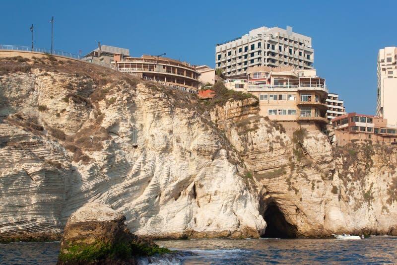 Vista de los acantilados en el distrito de Raouche en Beirut fotos de archivo