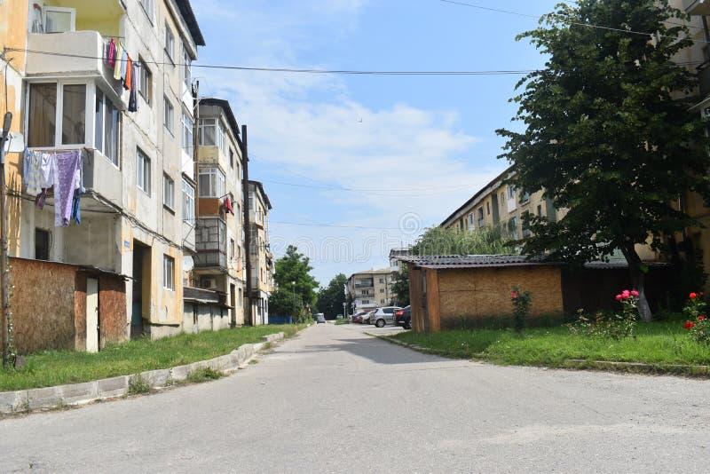 Vista de los bloques y de la decadencia urbana comunistas en la pequeña ciudad minera Berbesti Rumania, condado de Valcea, Berbes imágenes de archivo libres de regalías