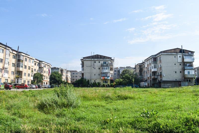 Vista de los bloques y de la decadencia urbana comunistas en la pequeña ciudad minera Berbesti Rumania, condado de Valcea, Berbes fotografía de archivo libre de regalías