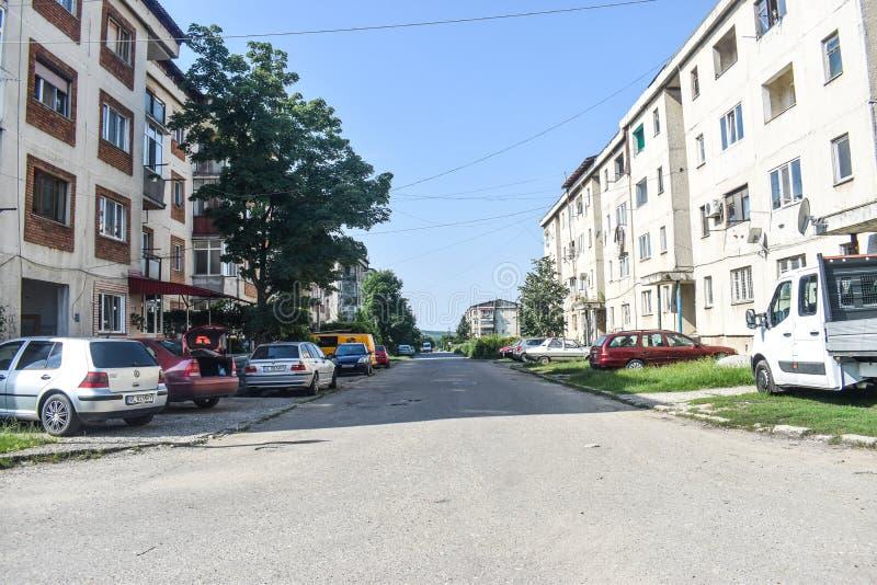 Vista de los bloques y de la decadencia urbana comunistas en la pequeña ciudad minera Berbesti Rumania, condado de Valcea, Berbes foto de archivo