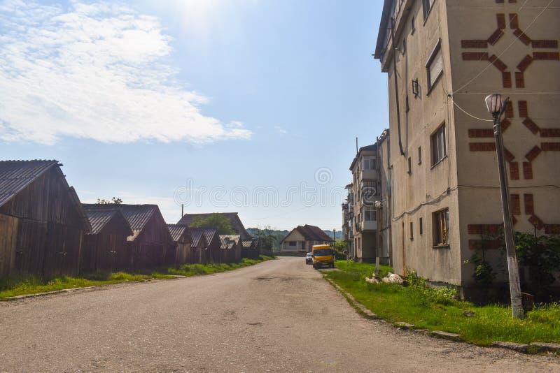 Vista de los bloques y de la decadencia urbana comunistas en la pequeña ciudad minera Berbesti Rumania, condado de Valcea, Berbes imagen de archivo