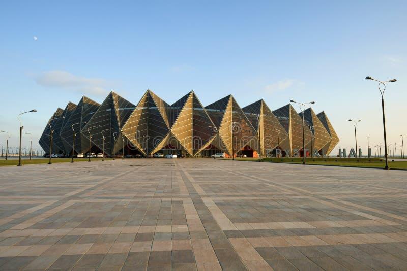 Vista de los deportes de Baku Crystal Hall y del complejo del concierto por la tarde de diciembre Baku, Azerbaijan fotografía de archivo