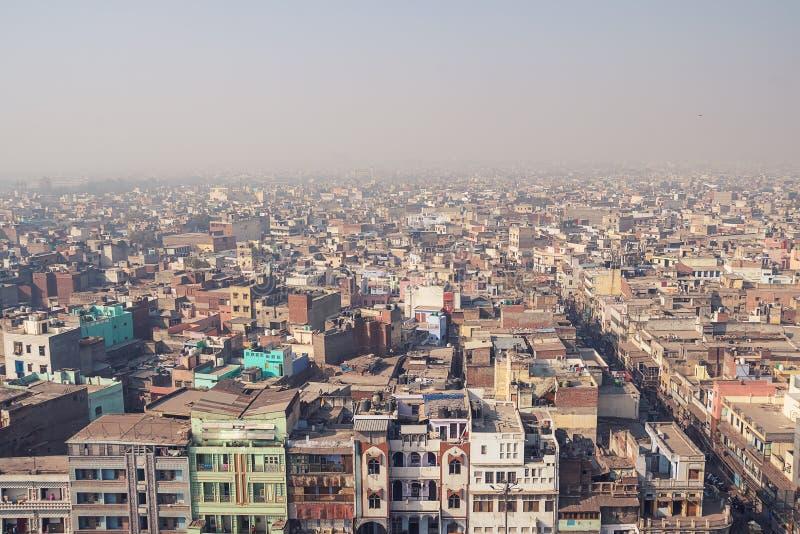 Vista de los edificios de Delhi en un día claro imagen de archivo