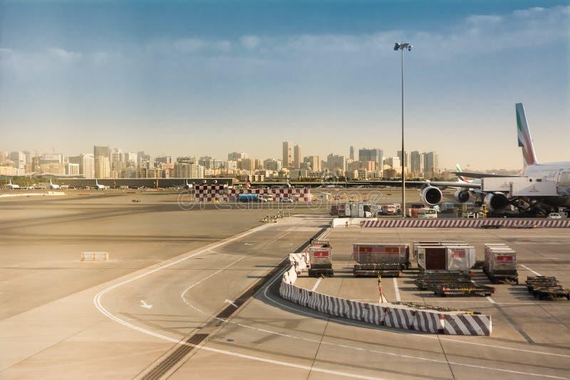 Vista de los edificios de Dubai de las pistas internacionales del aeropuerto de Dubai imagen de archivo libre de regalías