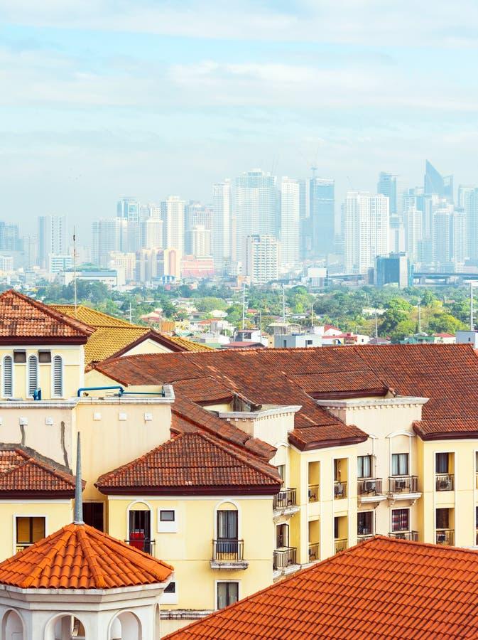 Vista de los edificios de la ciudad en Kuala Lumpur, Malasia Copie el espacio para el texto vertical imagen de archivo