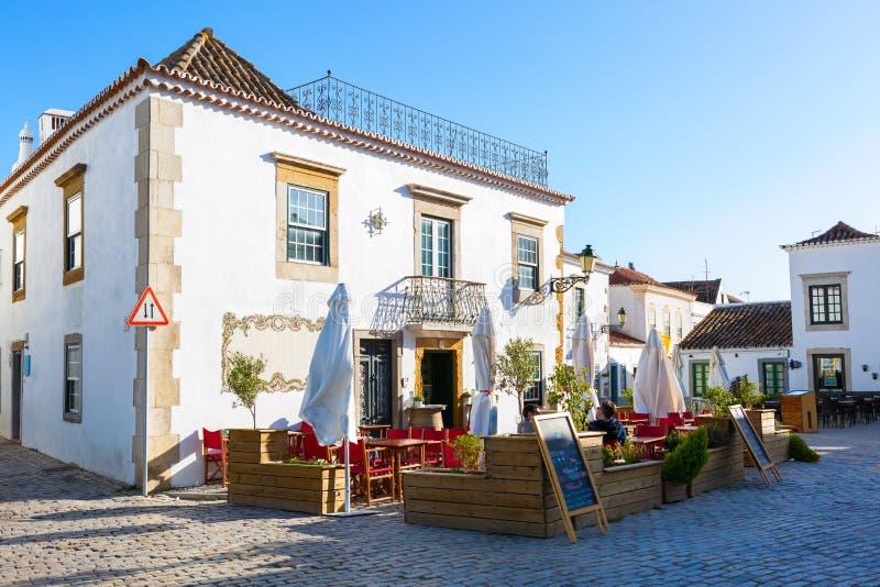 Vista de los edificios tradicionales y del café de la calle en el centro histórico de Faro, Algarve, Portugal foto de archivo