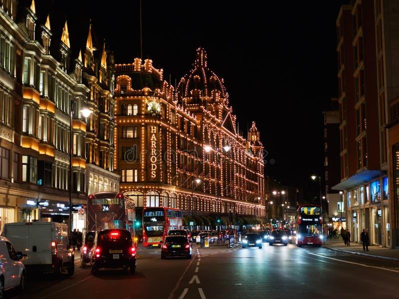 Vista de los grandes almacenes de Harrods en el camino de Brompton en Knightsbridge, Londres en la noche imagen de archivo libre de regalías