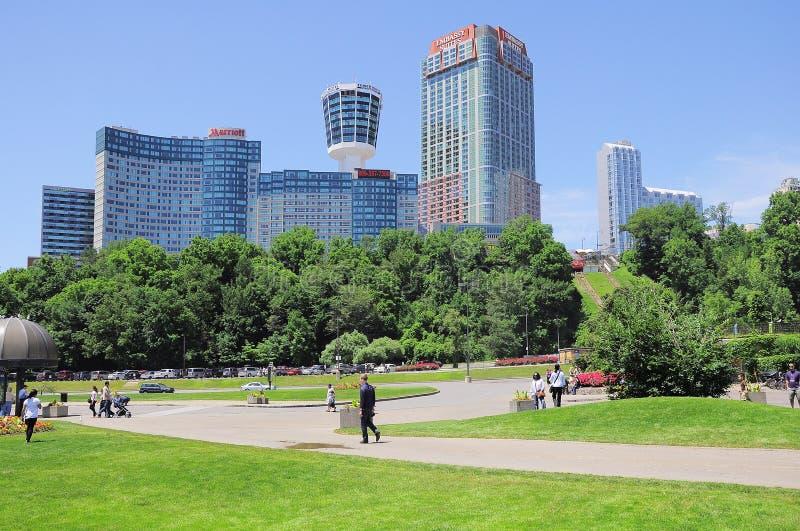 Vista de los hoteles del centro de ciudad fotografía de archivo libre de regalías