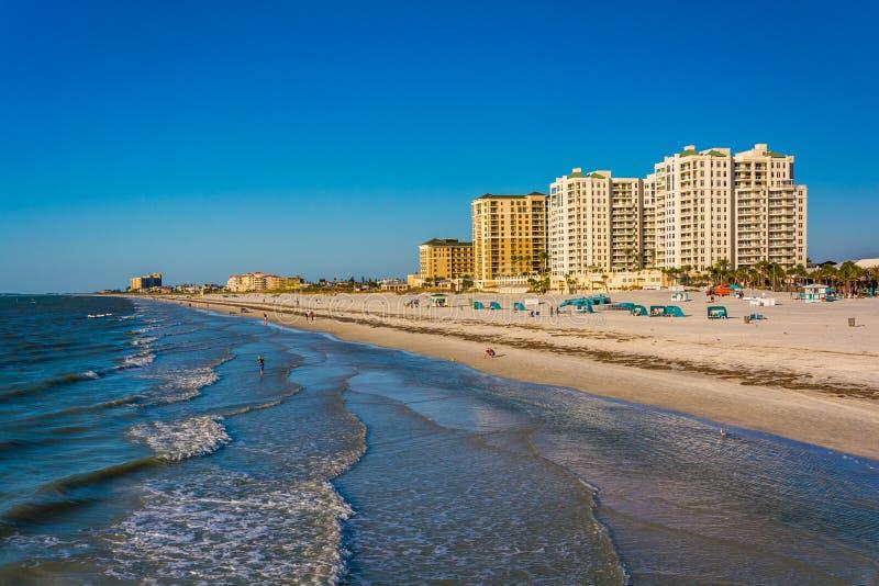 Vista de los hoteles frente al mar y de la playa del embarcadero de la pesca adentro foto de archivo libre de regalías