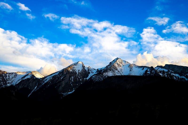 Vista de los mounains de Tatra Monta?as de Tatra por la ma?ana Valle verde hermoso en las colinas nevosas de las monta?as fotografía de archivo