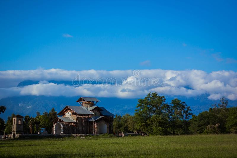 Vista de los paisajes y del cielo de Abjasia fotos de archivo