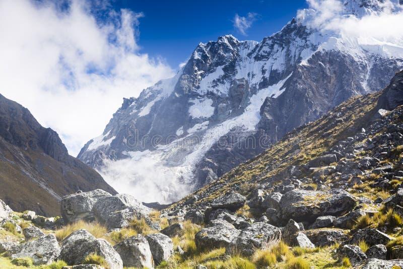 Vista de los picos de montaña coronados de nieve fotos de archivo