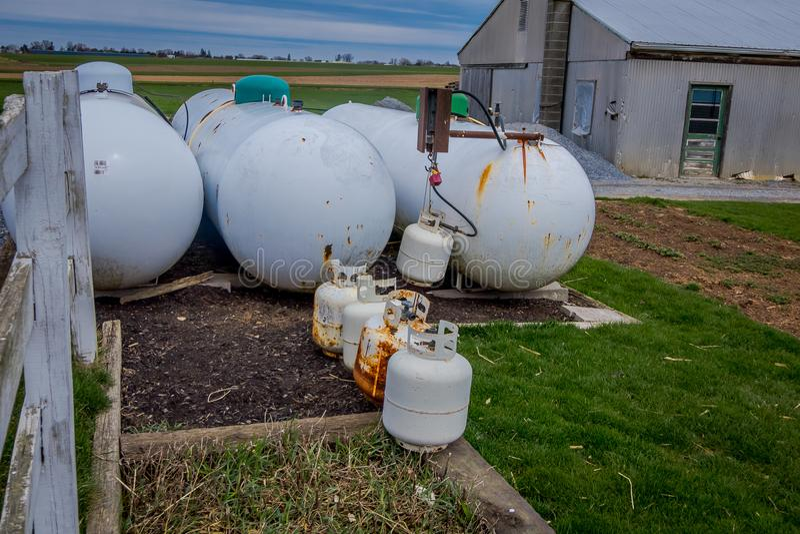 Vista de los tanques de propano fuera del domicilio familiar de Amish usado como fuente de energía alternativa a la electricidad  fotos de archivo