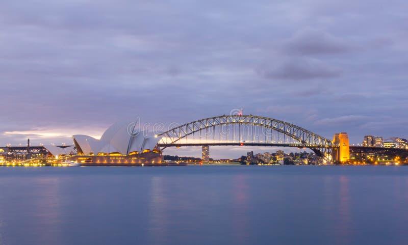 Vista de los teatros de la ópera de Sydney del jardín botánico imagen de archivo