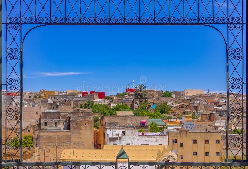 Vista de los tejados antiguos de la Fes Medina con un adornado encontrado imagen de archivo