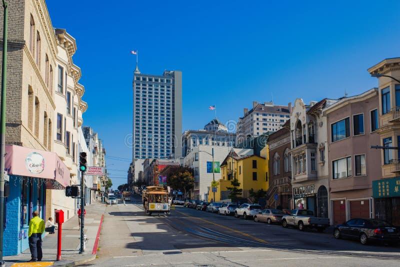 Vista de los teleféricos tradicionales históricos que montan en San famoso Francisco Street, California foto de archivo