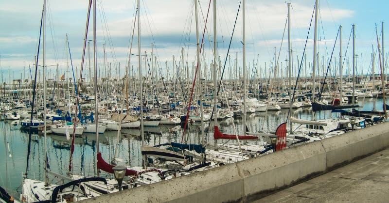 Vista de los yates en la costa fotos de archivo