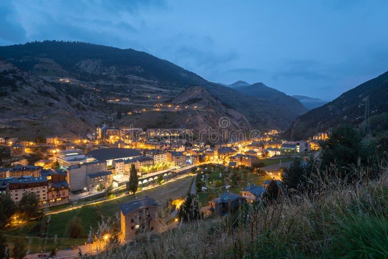 Vista de luzes do distrito de Canillo e da rua principal no crepúsculo imagem de stock