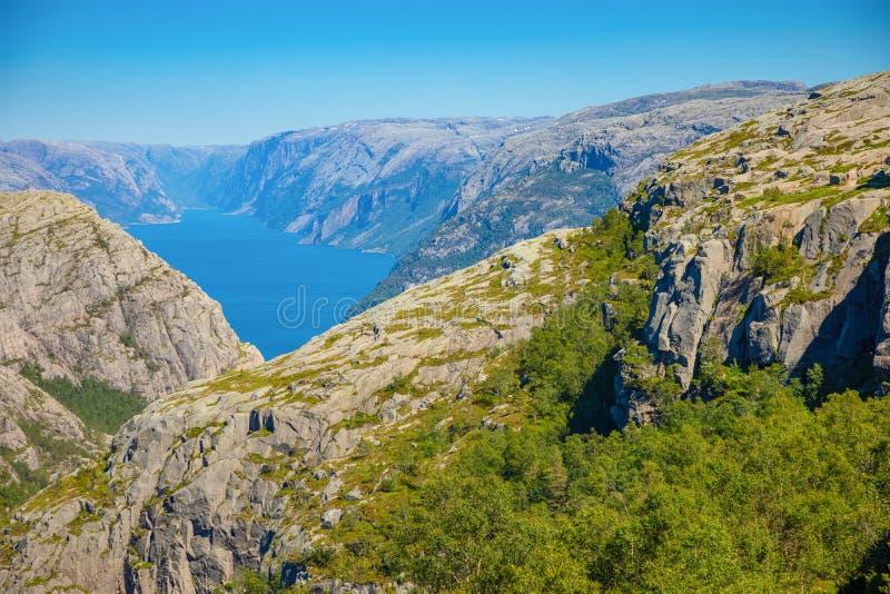 Vista de Lysefjord del sendero a preikestolen o de la roca del pupit, Noruega fotos de archivo