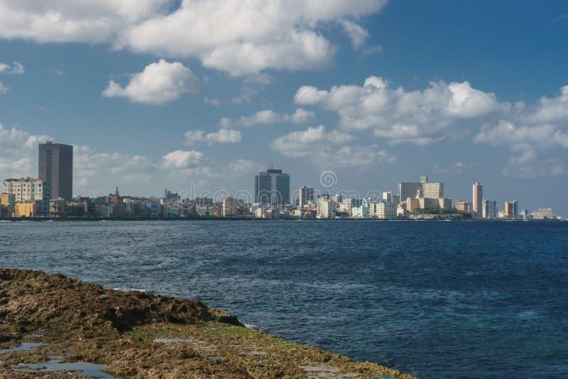 vista de Malecon no dia ensolarado, La Havana, Cuba fotos de stock royalty free