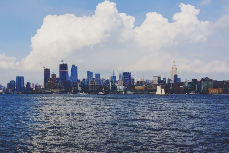 Vista de Manhattan da margem do beira-rio de Hoboken fotos de stock royalty free