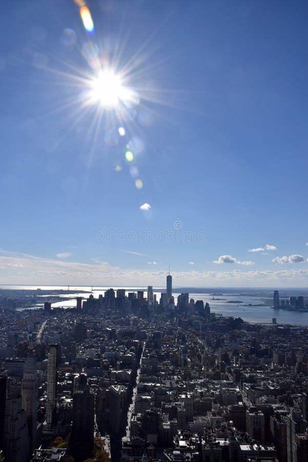 Vista de Manhattan do sul que inclui a área de Wall Street com o alargamento do sol do meio-dia fotografia de stock