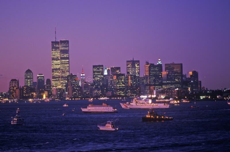 Vista de Manhattan en la noche de la cubierta portaaviones Kennedy, New York City, NY fotos de archivo libres de regalías