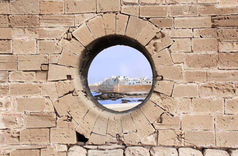 Vista de medina Essaouira através de um furo na parede, Marrocos imagem de stock