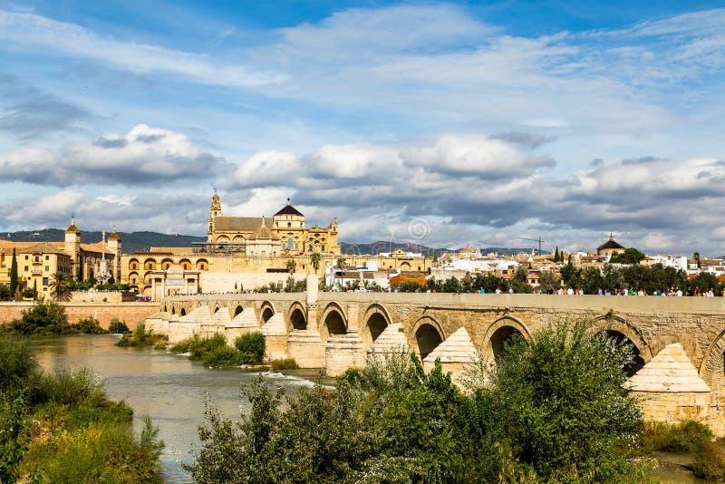 Vista de Mezquita, Catedral de Córdoba, a través del puente romano imagen de archivo