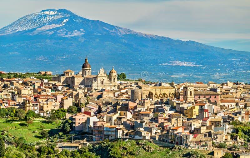 Vista de Militello en Val di Catania con el monte Etna en el fondo - Sicilia, Italia imagen de archivo