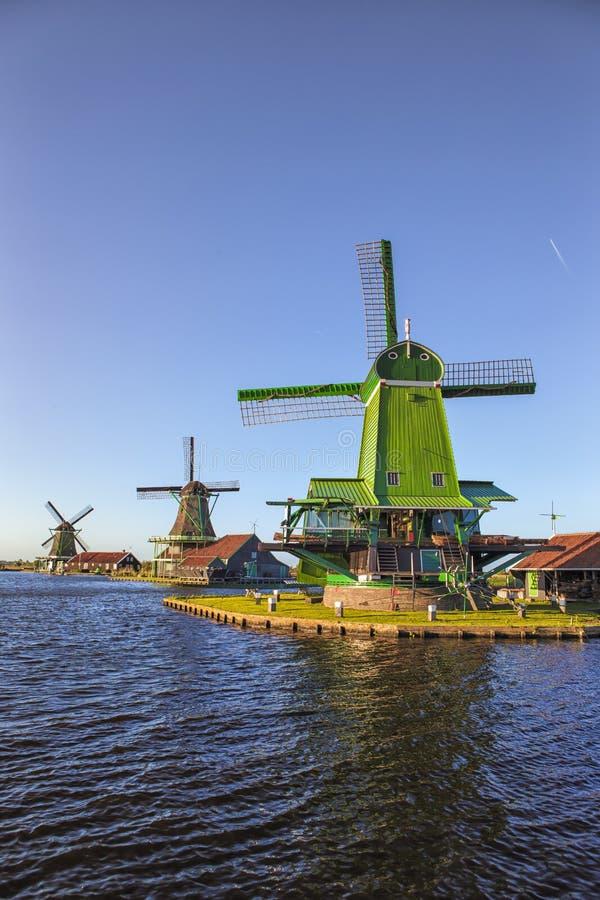 Vista de molinoes de viento holandeses de madera tradicionales en el río de Zaan en Zaanse Schans foto de archivo