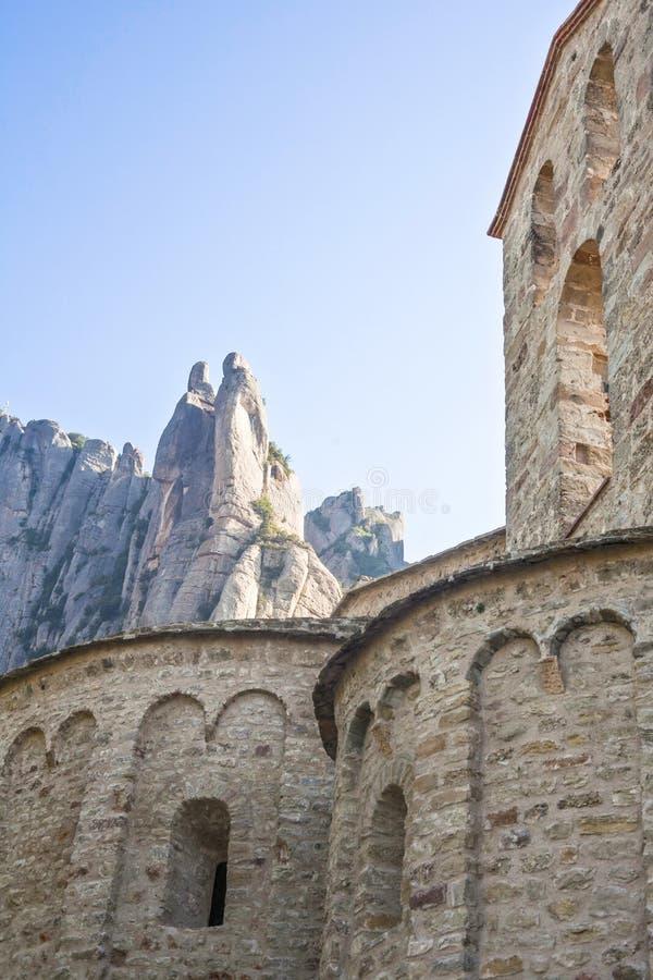 Vista de montañas de Montserrat y de un detalle de un lunes antiguo fotografía de archivo libre de regalías