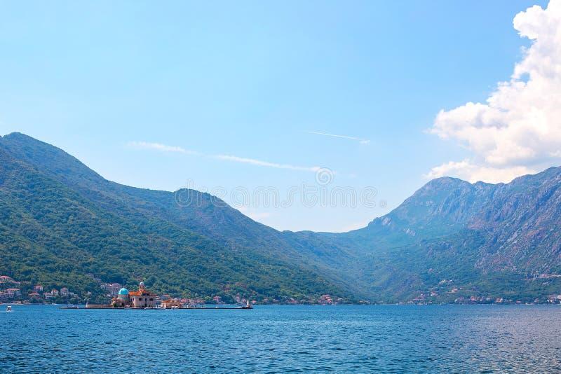 Vista de montañas enselvadas verdes y mar azul, cielo azul y nubes blancas imágenes de archivo libres de regalías