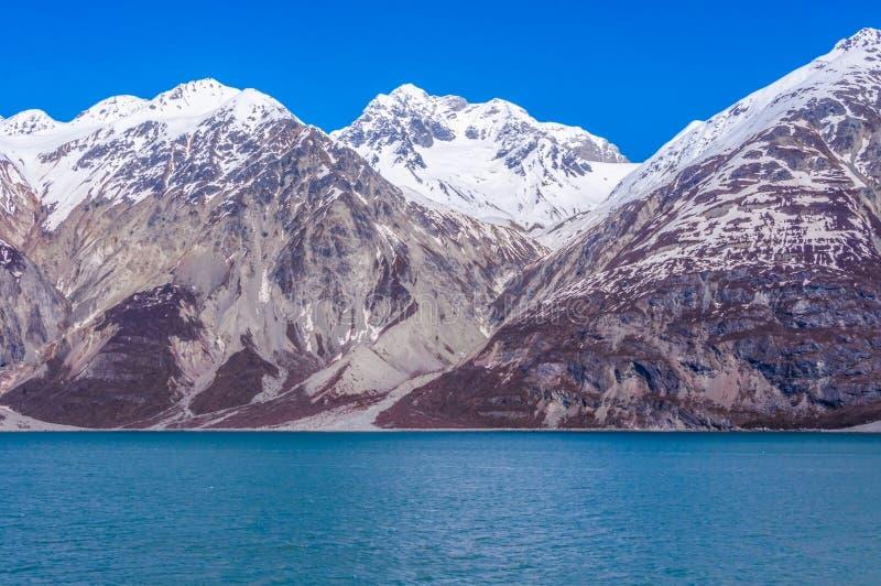 Vista de montañas nevadas del Glacier Bay, Alaska imagenes de archivo