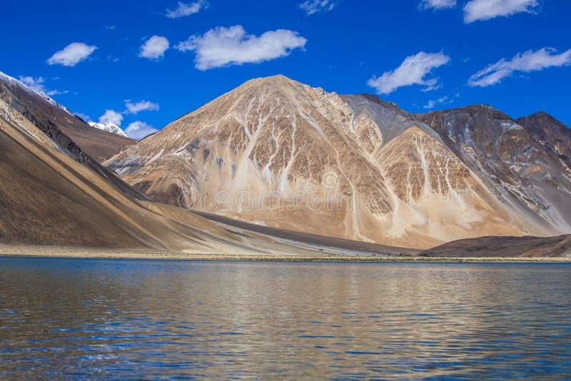 Vista de montañas rocosas majestuosas contra el cielo azul y el lago Pangong en Himalaya indio, región de Ladakh, la India natura foto de archivo libre de regalías