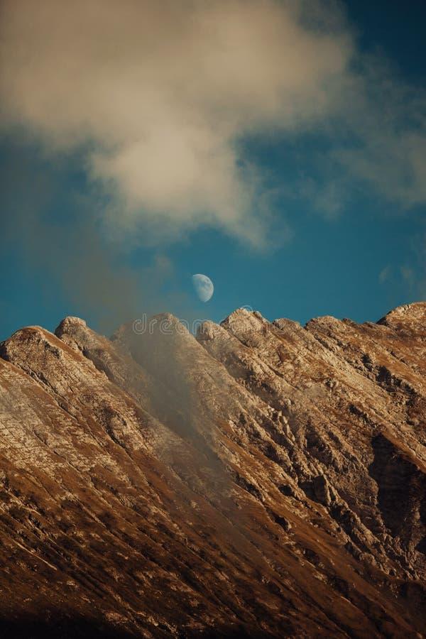Vista de montañas rocosas y brumosas cumbre de la roca, lugar para el resto y disfrutar de la visión imagen de archivo libre de regalías