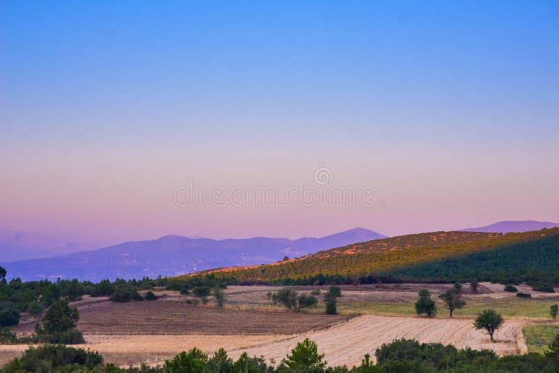Vista de montañas a través del llano imagen de archivo